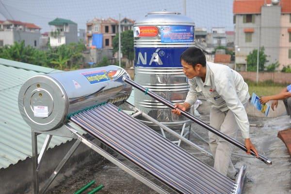 quá trình lắp đặt bình nước nóng năng lượng mặt trời