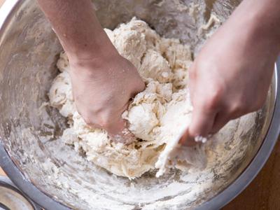 trộn bột nướng bánh